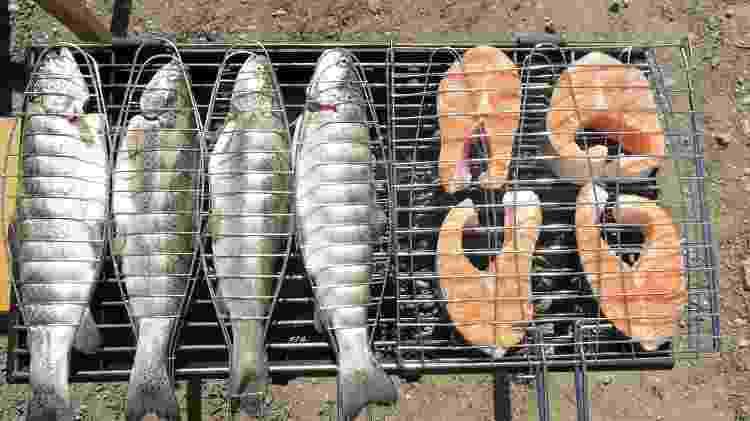 Grelha de inox: ajuda a manusear e virar o peixe - Getty Images - Getty Images