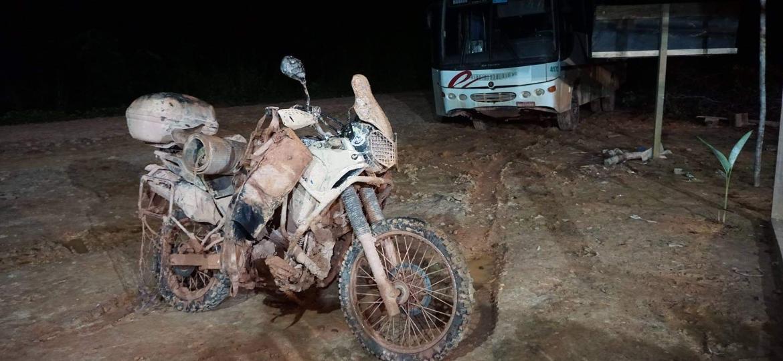 Paulista Danilo Couto se abrigou dentro de um ônibus abandonado em maio de 2018 em um dos trechos mais complicado de sua viagem de moto pelas três Américas - Arquivo pessoal