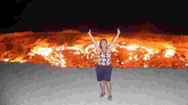 Diante do portal do Inferno, no Turcomenistão - Instagram/@dinabarile - Instagram/@dinabarile
