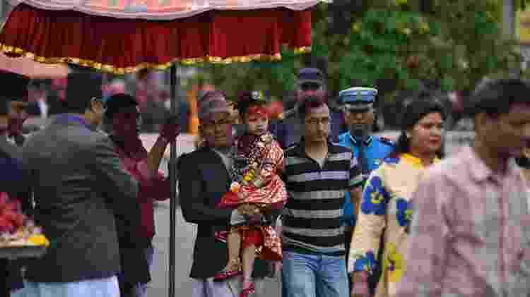 Na raras vezes que sai às ruas, a Kumari não pode tocar o solo: é sempre carregada por um adulto ou levada em uma carruagem - Getty Images - Getty Images