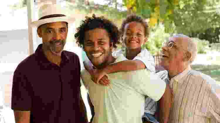 Família completa posa para foto - iStock - iStock