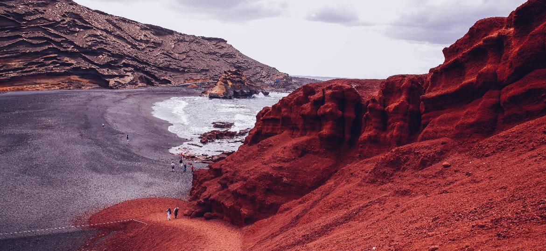Praia de Lanzarote, nas Ilhas Canárias - Getty Images/RooM RF