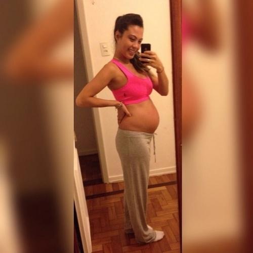 """12.ago.2015 - Depois de anunciar que está grávida na gravação do """"MasterChef"""" que foi ao ar na última terça, Sabrina mostra pela primeira vez a sua barriga para os fãs no Instagram"""