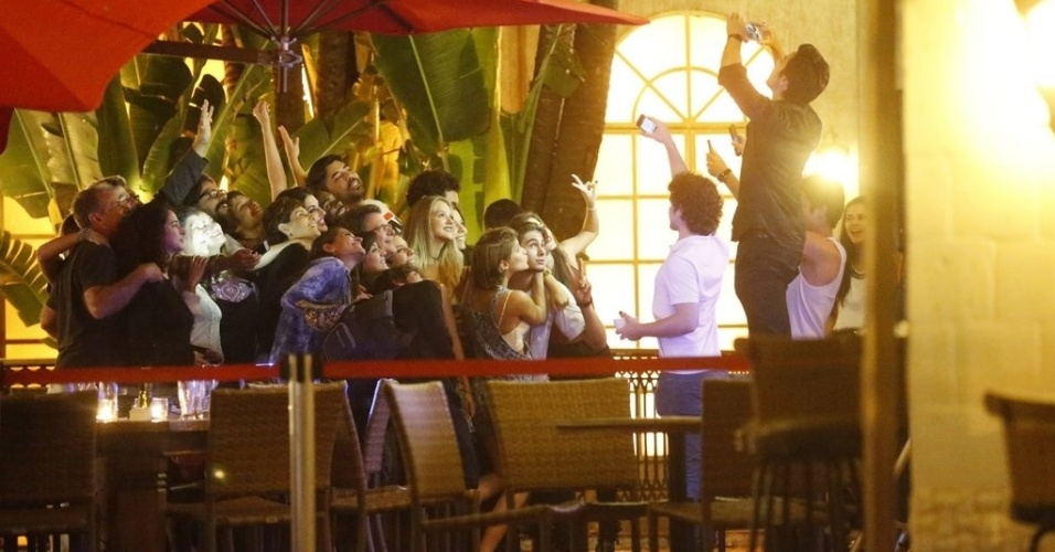 """14.ago.2015 - O elenco se reuniu em um restaurante na Barra da Tijuca, zona oeste do Rio de Janeiro, para assistir junto o último capítulo de """"Malhação"""""""