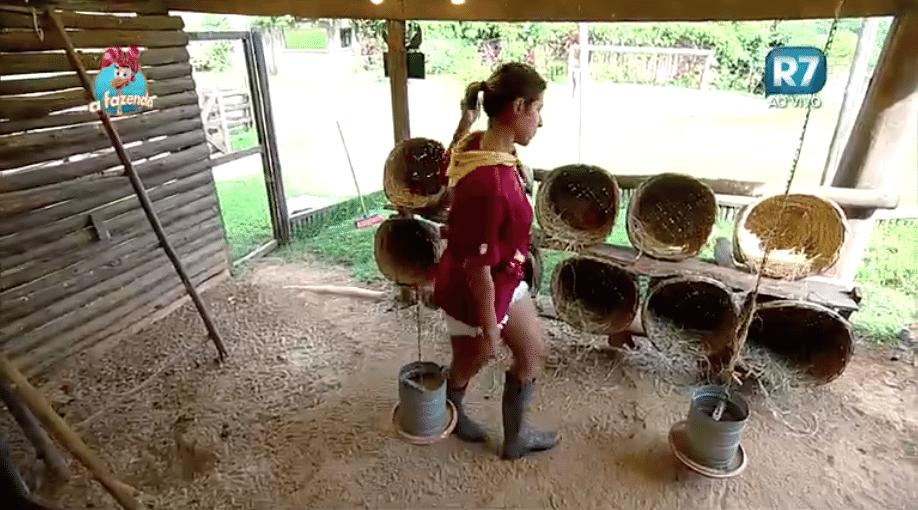 17.nov.2015 - Ana Paula visita as aves, seu primeiro trato em