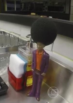 """Boneco com cabelo de esponja foi colocado na cozinha do """"BBB16"""" - Reprodução/Globo"""