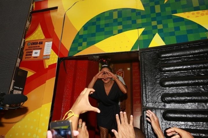 5.fev.2015 - Claudia Leitte faz coração com a mão antes de subir no trio Cocobambu em Salvador
