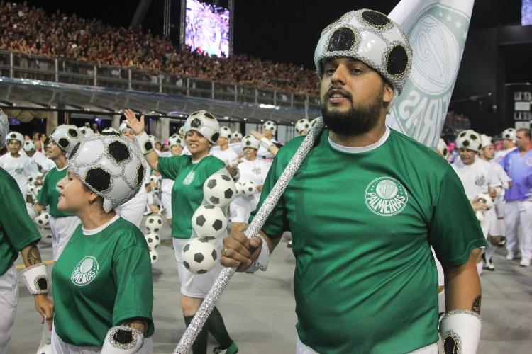 6.fev.2016 - Ala de integrantes com camisetas de agremiações paulistas representa o amor de torcedores por seus times de coração