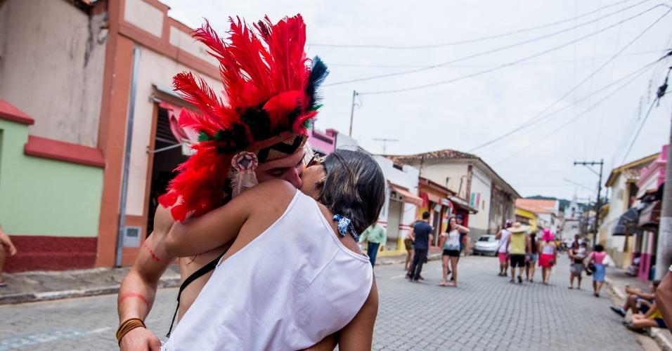 6.fev.2016 - Casal se beija no centro histórico de São Luiz de Paraitinga, no Vale do Paraíba, em São Paulo
