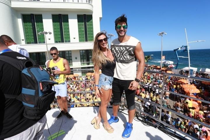 6.fev.2016 - Nicole Bahls e o namorado curtem o Carnaval de Salvador em cima do trio de Ivete Sangalo
