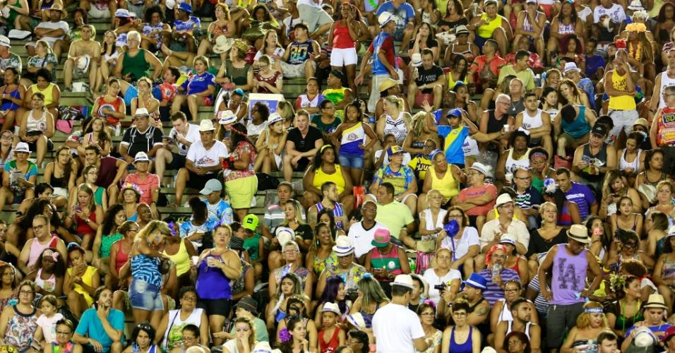 7.fev.2016 - Público da arquibancada se prepara para assistir ao desfiles do primeiro dia do Grupo Especial do Rio de Janeiro. Primeira escola a entrar na avenida é Estácio de Sá