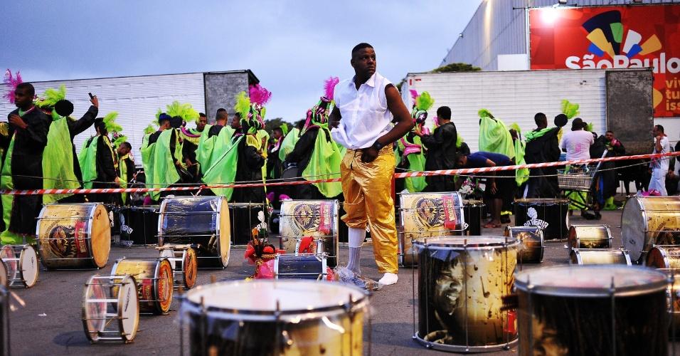 7.fev.2016 - Escola de samba Tom Maior, do Grupo de Acesso, momentos antes de entrar no Anhembi.