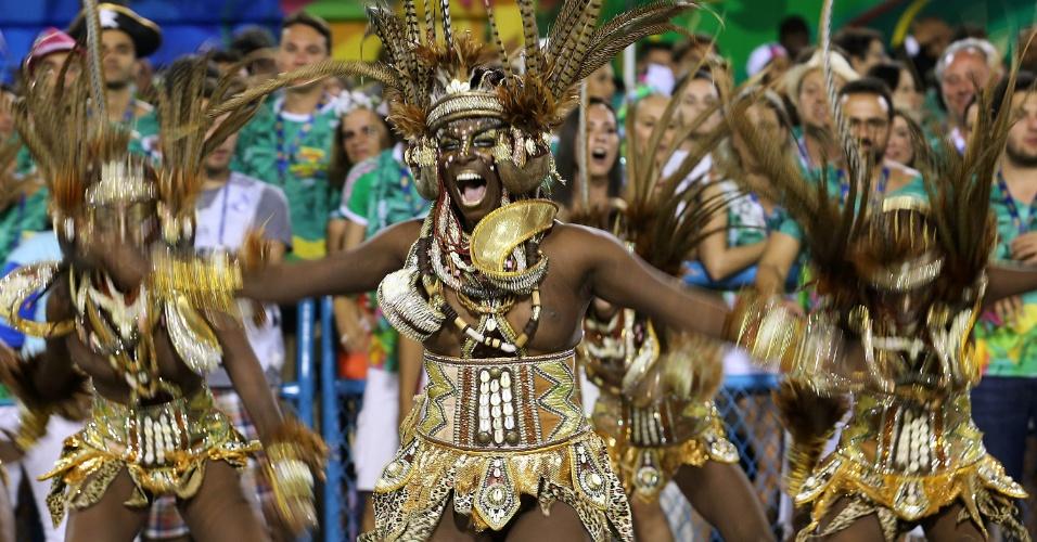 """9.fev.2016 - A comissão de frente do desfile Mangueira """"Maria Bethânia, a Menina dos Olhos de Oyá"""" trouxe as guerreiras de Oyá"""