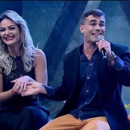 """Laura Keller e Jorge Sousa durante a final do """"Power Couple Brasil"""" - Reprodução /TV Record"""
