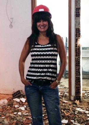 Cris Mota posa na obra de sua loja em Jacarepaguá - Divulgação
