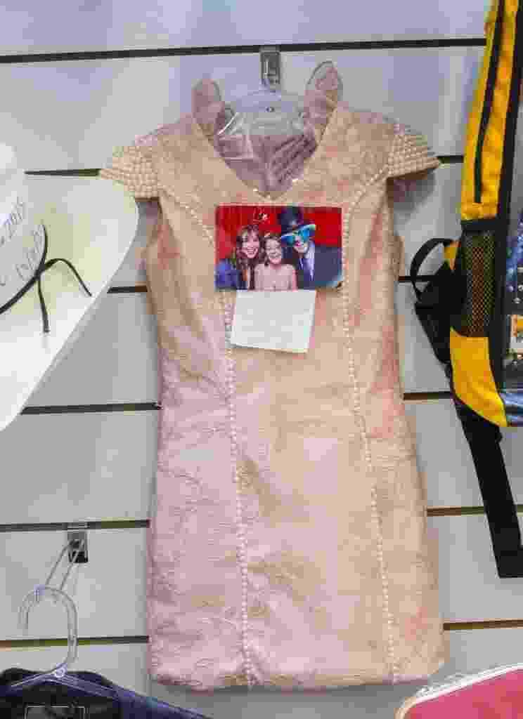 Klara Castanho tem dois vestidos. um cor de rosa e outra listrado, na Sala das Promessas - Roosevelt Cássio/UOL