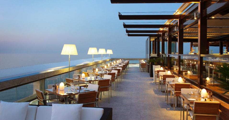 Ambiente do restaurante L'Horizon e Champagne Bar, com vista de 360° de Mônaco, localizado no hotel Fairmont