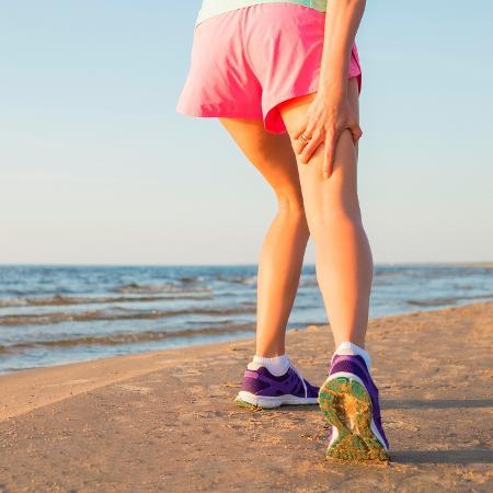 Ideal de exibir corpo perfeito na praia faz com que pessoas encarem treinos intensos que podem provocar lesões - iStock