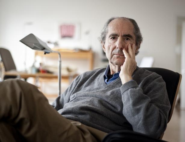 O escritor americano Philip Roth, em seu apartamento, em Manhattan