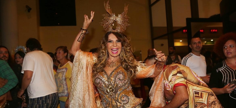 Elba Ramalho exibe a fantasia que vai desfilar na Tom Maior, escola do Carnaval de São Paulo que a homenageia neste ano - Iwi Onodera/UOL
