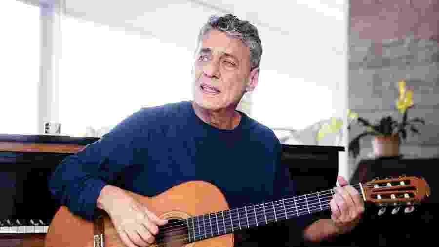 Chico Buarque toca violão em sua casa, no Rio de Janeiro - Leo Aversa/Divulgação