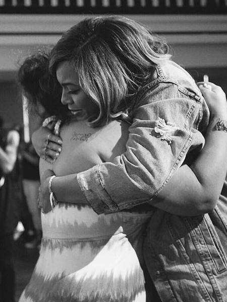 Beyoncé abraça vítima da tempestade Harvey, em evento de igreja em Houston - Reprodução/Instagram