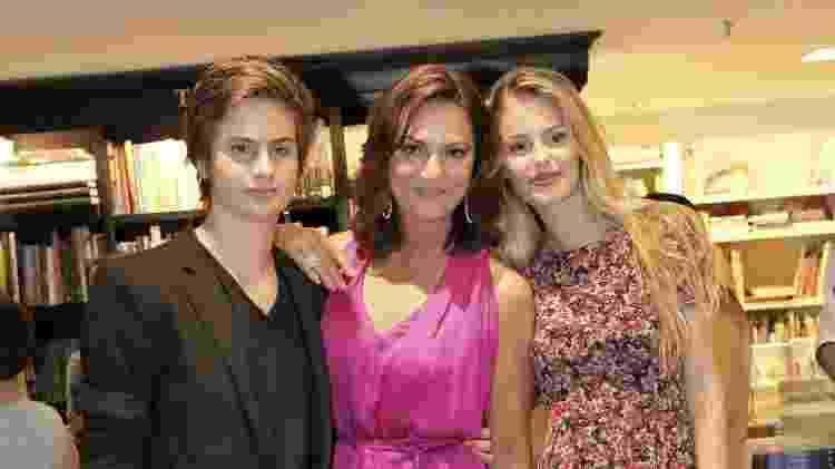 Luiza Brunet posa com os filhos Antônio e Yasmin em foto de 2013 - Alex Palarea e Felipe Assumpção / AgNews