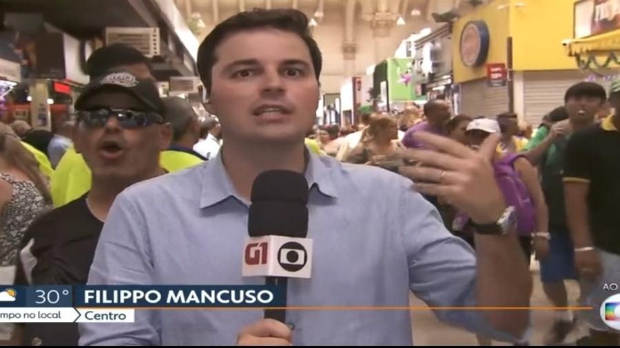 """Homem se aproxima do repórter Filippo Mancuzo durante ao vivo e grita: """"Globo lixo!"""" - Reprodução / TV Globo"""