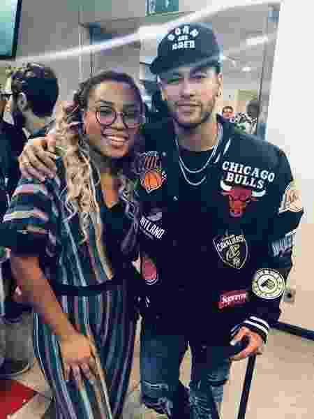 """Talita Cipriano posa com Neymar na final do """"The Voice Kids"""" - Reprodução/Instagram/talitadeisinha"""