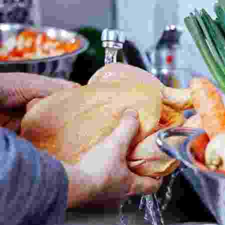 Lavar o frango ainda aumenta o risco de contaminar a pia - iStock