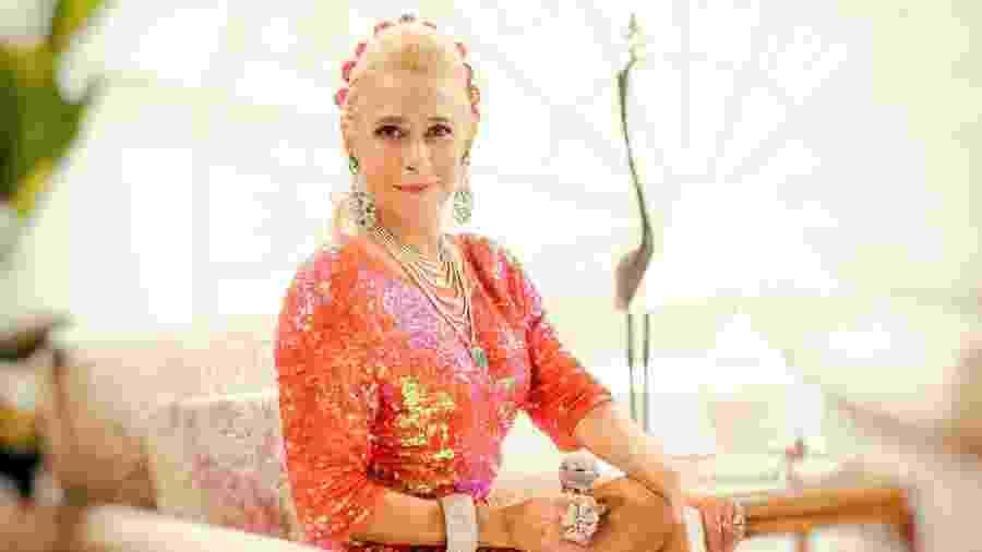 A atriz Andréa Beltrão aparece caracterizada em primeira foto oficial do filme sobre a apresentadora - Divulgação/WarnerBros.