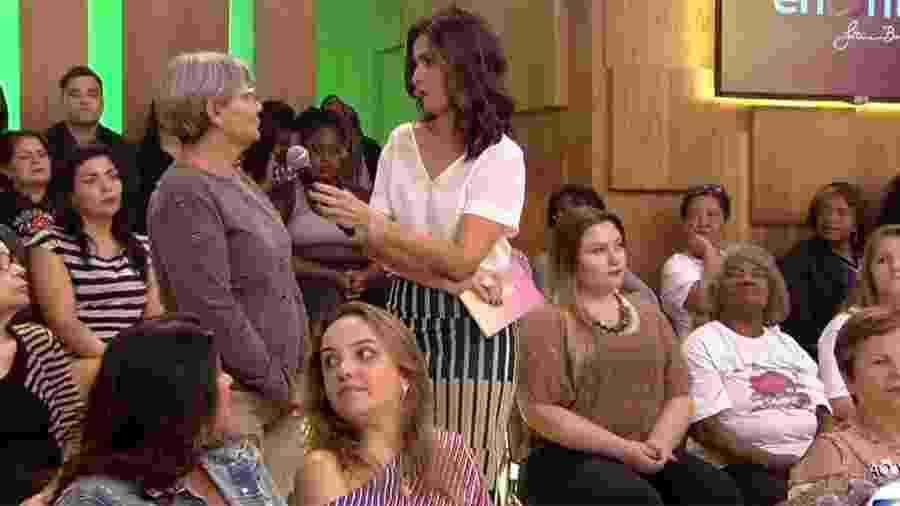 """Enquanto Fátima faz entrevista, mulher (de blusa branca) cochila na plateia do """"Encontro"""" - Reprodução/Globo"""