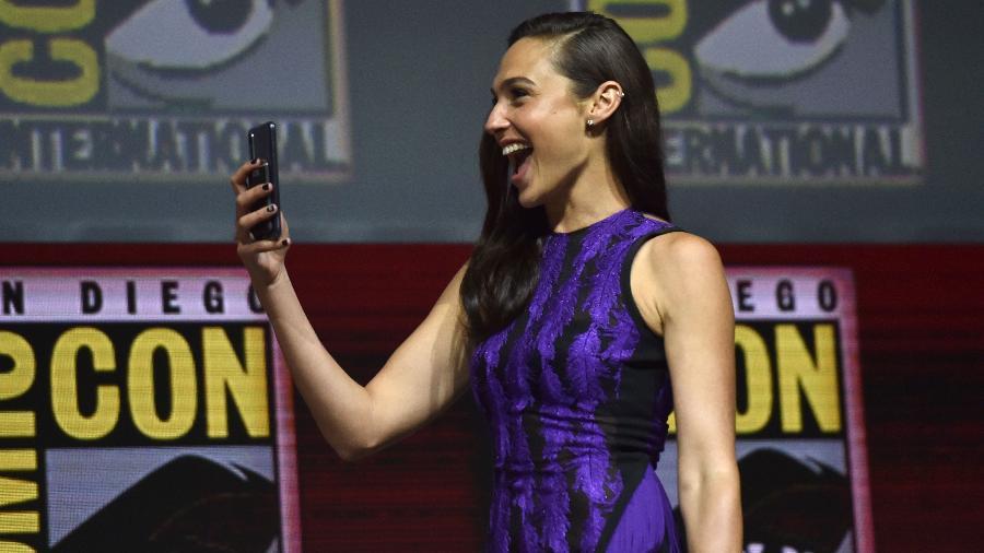 """Gal Gadot brinca com o telefone celular no painel de """"Mulher-Maravilha 1984"""" na San Diego Comic-Con 2018 - Chris Delmas/AFP"""
