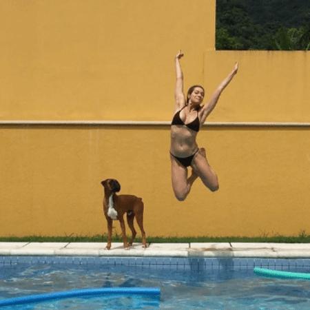 Observada por cão, Leticia Spiller pula em piscina - Reprodução/Instagram