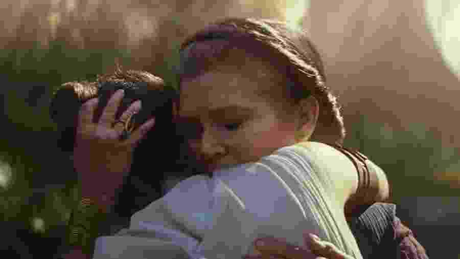 """General Leia (Carrie Fisher) abraça Rey (Daisy Ridley) em cena de """"Star Wars IX: The Rise of Skywalker"""" - Divulgação"""