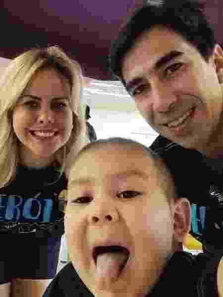 Mateus Peixoto Moreno, de 5 anos, ao lado dos pais. Ele está prestes a terminar o tratamento de leucemia - Arquivo Pessoal - Arquivo Pessoal
