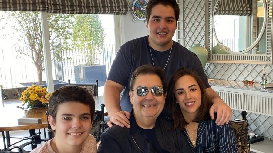 Luciana Cardoso, mulher de Faustão, mostra apresentador ao lado dos três filhos - Reprodução/Instagram