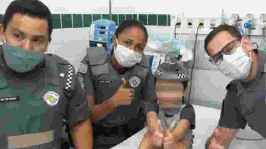 """O menino estava """"vermelho e sem forças"""" quando um dos agentes conseguiu tirar o pirulito de sua garganta - Reprodução/ITwitter - Polícia Militar do Estado de São Paulo"""