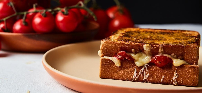 Crostinha de parmesão e recheio com a suculência do tomate: dupla imbatível - Angelo Dal Bó