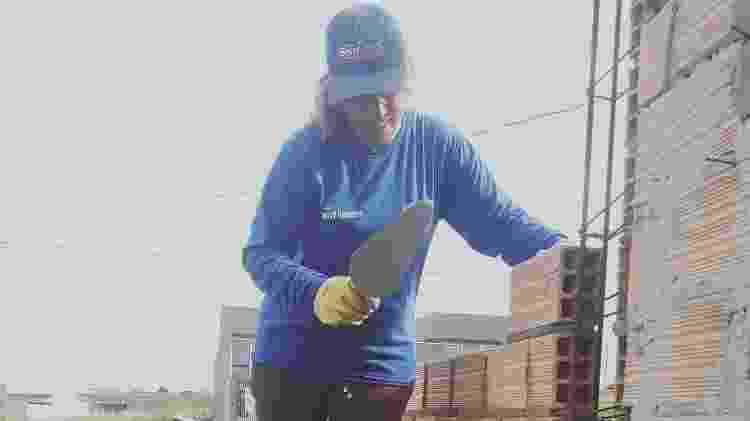 Enjoada da profissão de costureira, Geny se encontrou como pedreira - Arquivo Pessoal - Arquivo Pessoal