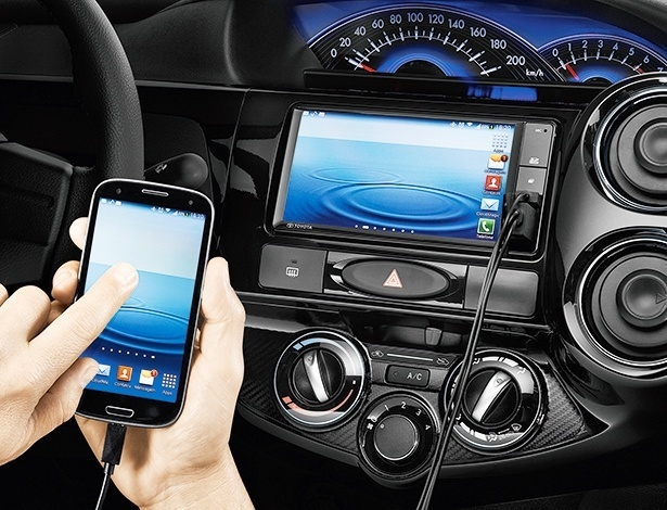 Toyota Etios é modelo mais recente a acrescentar central que espelha a tela do celular, porém em versão que custa R$ 50.290 (hatch) ou R$ 53.090 (sedã) - Divulgação