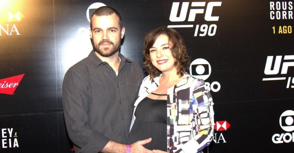 1.ago.2015- Grávida, Regiane Alves vai com o marido ver lutas do UFC 190 no Rio de Janeiro