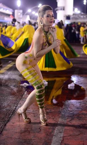 16.jan.2016 - Somente com uma pintura cobrindo o corpo, Ju Isen, que ficou conhecida por fazer topless durante as manifestações contra Dilma Rousseff, desfila durante ensaio técnico da Unidos do Peruche, que aconteceu na noite de sexta (15) no Sambódromo do Anhembi.