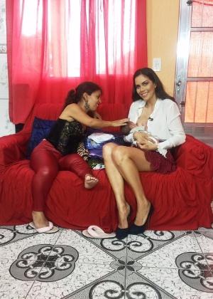 """Daniela Albuquerque amamenta bebê de entrevistada para o """"Sensacional"""" - Divulgação/RedeTV!"""