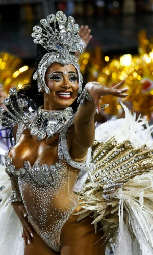 6.fev.2016 - A rainha Cinthia Santos comanda a bateria da Águia de Ouro na primeira noite de desfiles do Carnaval de São Paulo
