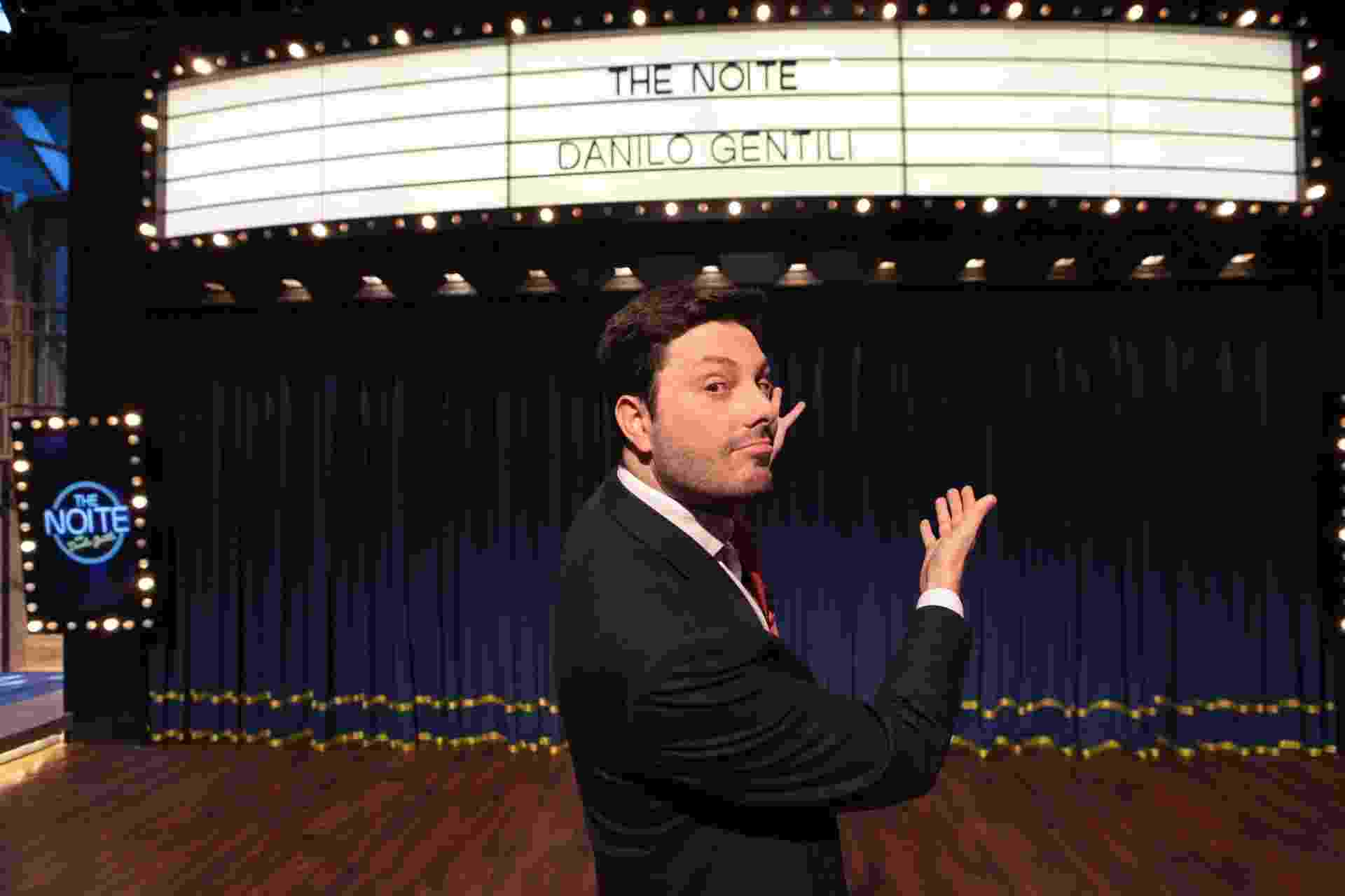 "7.mar.2016 - Danilo Gentili no novo cenário do ""The Noite"", seu talk show no SBT - Leonardo Nones/SBT"