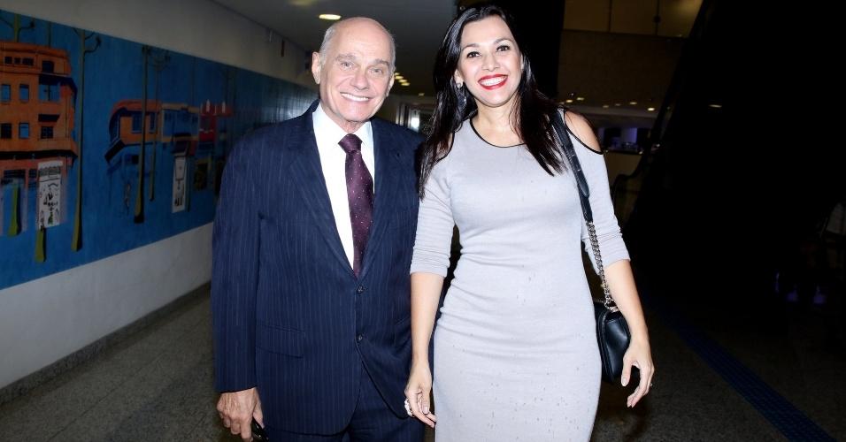 15.mar.2016 - Acompanhado da mulher Veruska, Ricardo Boechat recebeu prêmio especial do júri da APCA na categoria Rádio