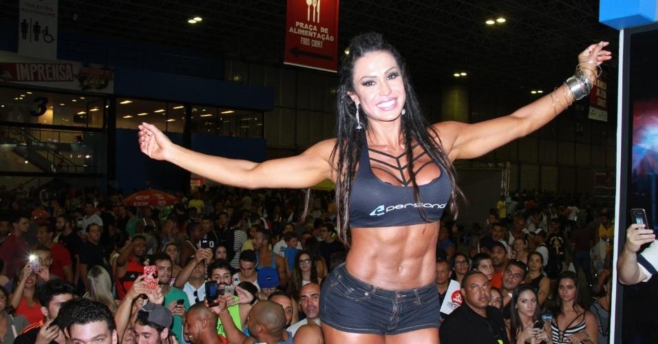 A modelo Gracyanne Barbosa desfilou e exibiu os músculos para o público presente na feira