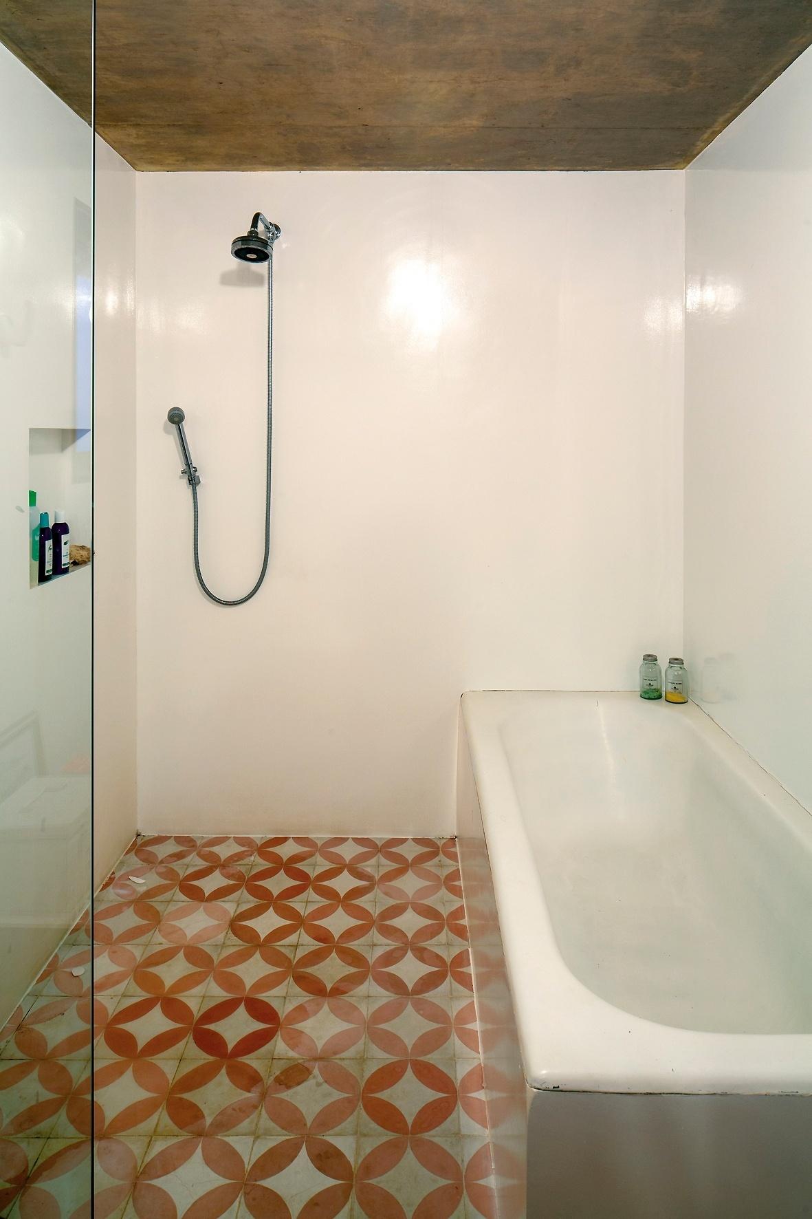 Um dos banheiros da casa LP conta com banheira concretada e piso de ladrilhos hidráulicos. Assim como os demais cômodos