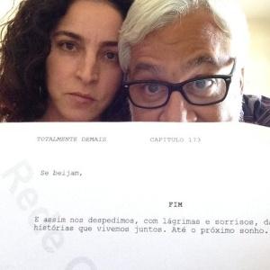 """Paula Halm e Rosane Svartman mostram o capítulo final de """"Totalmente Demais"""" - Reprodução/Twitter/rosanesvartman"""